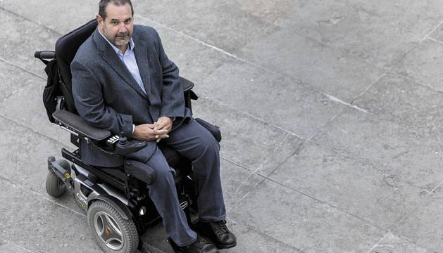 Javier Miranda posa en la entrada del Civican de Pamplona, donde mantiene su sede la Fundación CAN, último vestigio de la desaparecida Caja Navarra.