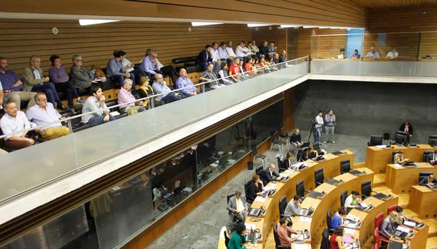 Imagen de los alcaldes y representantes de la Ribera que acudieron ayer al pleno monográfico sobre la comarca que se celebró en el Parlamento.
