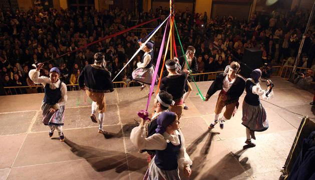 Instante del baile del Trenzado interpretado por los miembros del Grupo de Danzas Mendianike de Ablitas.