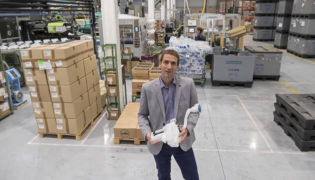 Fernando González Monente, director gerente de Cebi en Villatuerta, en el interior de la fábrica.