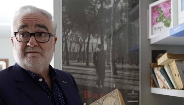 Joaquín Ciáurriz ojea las primeras ediciones de libros de Baroja de su colección. Detrás, la célebre foto del novelista paseando por el Retiro.