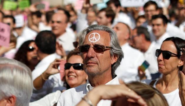 Centenares de personas reclaman diálogo a Gobierno y Generalitat en Barcelona