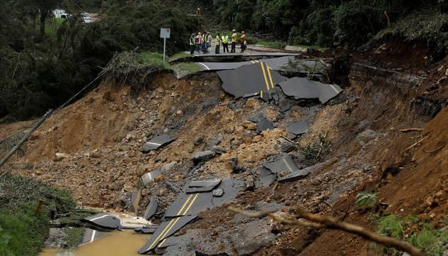 Una carretera costaricense colapsada tras el paso del huracán Nate