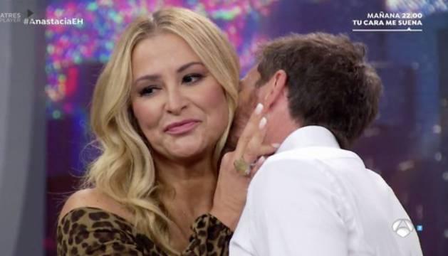 Momento del beso en el cuello de Pablo Motos a Anastacia.