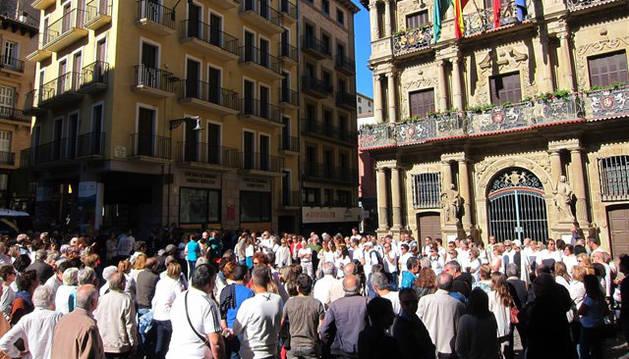 Imagen de la concentración celebrada en Pamplona que pide el diálogo para resolver la situación de Cataluña.