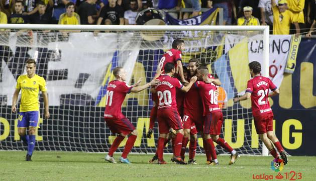 Los futbolistas de Osasuna celebran el gol de Xisco en el Ramón de Carranza
