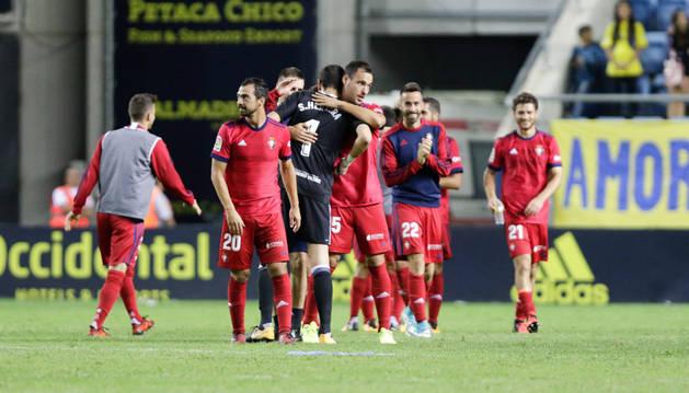 Unai García felicita a Sergio Herrera al término del encuentro.