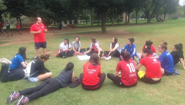 Iñaki Aniz Legarra, de pie a la izquierda, con la selección femenina de balonmano de Chile durante un viaje a Sao Paulo (Brasil).