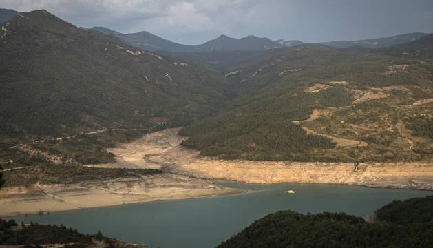 Imagen del embalse del Itoiz a finales del pasado mes de agosto. Estos días, el pantano está al 30% de sus reservas.