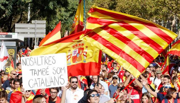 Miles de personas colapsan ya el centro de Barcelona para defender la unidad de España