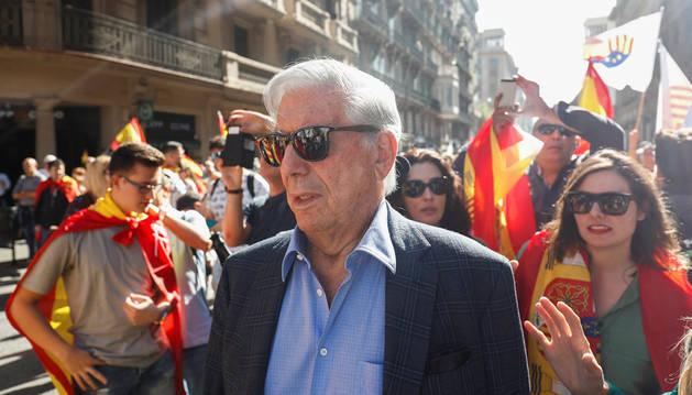 Vargas Llosa, en un momento de la manifestación de este domingo en Barcelona.