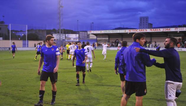 Los jugadores de la Peña Sport después del enfrentamiento ante el Mirandés.