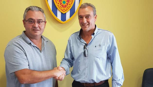 El presidente del CD Izarra, Alfonso Canela; y Nacho Martín, nuevo técnico que sustituye a Diego Prendes.
