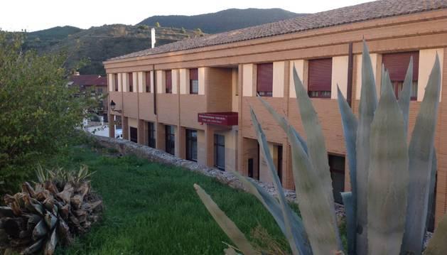 Fachada principal de la residencia de ancianos de Cáseda. La ampliación se ha proyectado sobre la actual cubierta.