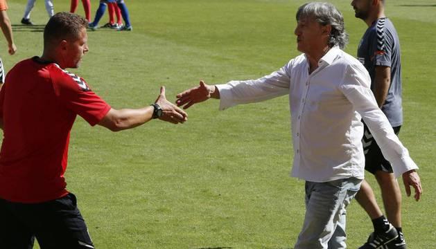 Enrique Martín, el día de su llegada al Albacete, en el campo de entrenamiento Andrés Iniesta, saludando a los componentes de su nuevo equipo. A su derecha, Javi Ramos.