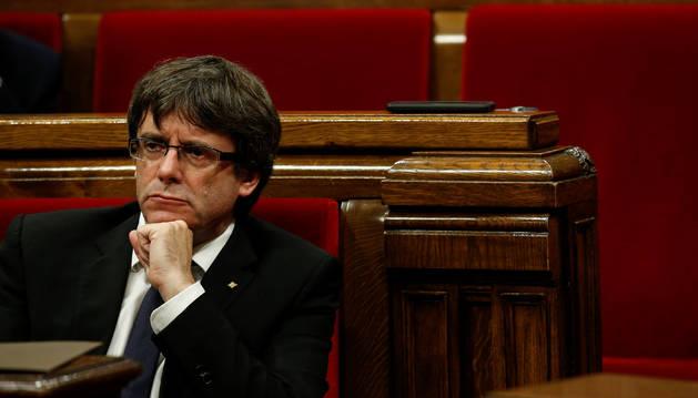 Carles Puigdemont, durante el pleno en el Parlament.
