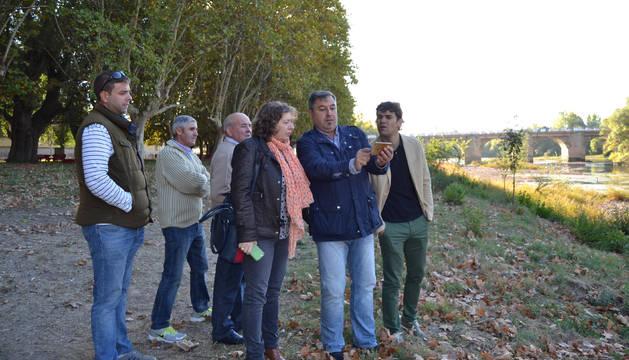 Foto de la consejera Elizalde junto con el alcalde de Lodosa, Pablo Azcona, y representantes de los agricultores, sindicato de riegos y del club de Remo, comprueban el estado del cauce del Ebro a la altura del Ferial.