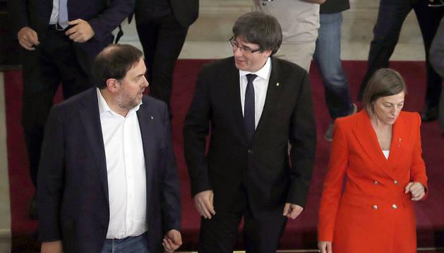 Puigdemont asume mandato de la independencia pero pide suspender sus efectos