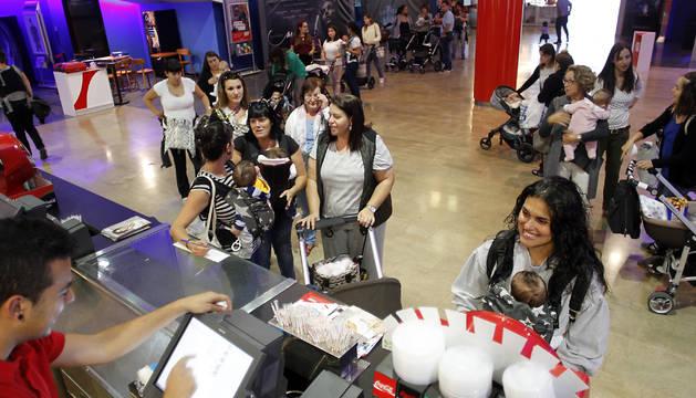 Varias madres hacen cola para comprar su entrada (5 euros), con sus bebés en mochilas o en sus cochecitos, ayer por la mañana en Itaroa.
