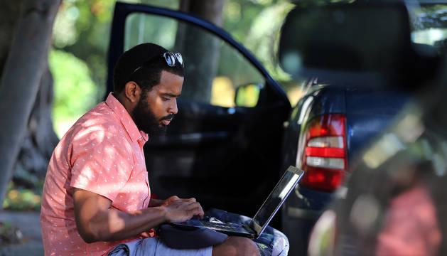 Un hombre con un ordenador portátil.