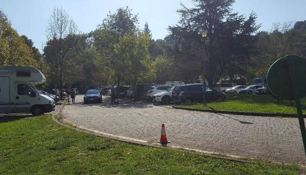 Detalle del aparcamiento del Señorío de Bertiz, saturado este jueves por la mañana.