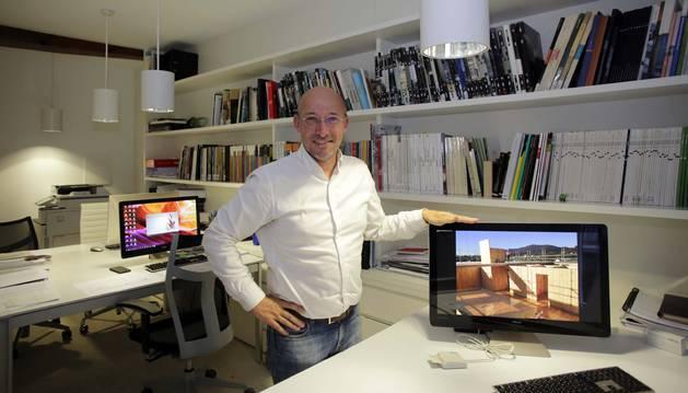 Carmelo Fernández Militino, en su estudio de arquitectura, TYM asociados, en Pamplona. En la pantalla, una foto de la obra de  Hondarribia.