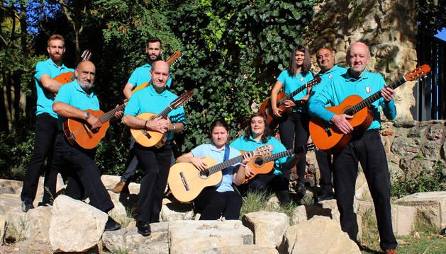 Nueve de los diez intérpretes de la rondalla Guilaudban, antes del concierto del domingo.