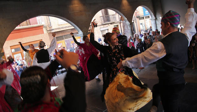 El grupo Raíces Taustas durante su interpretación de los bailes regionales de Aragón en las arcas junto al ayuntamiento.