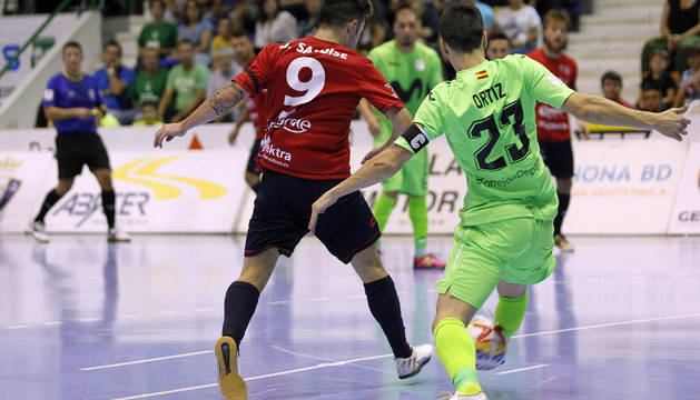 El ala de Irurtzun, Dani Saldise, pugna con Carlos Ortiz, del Movistar, en el partido de Anaitasuna.