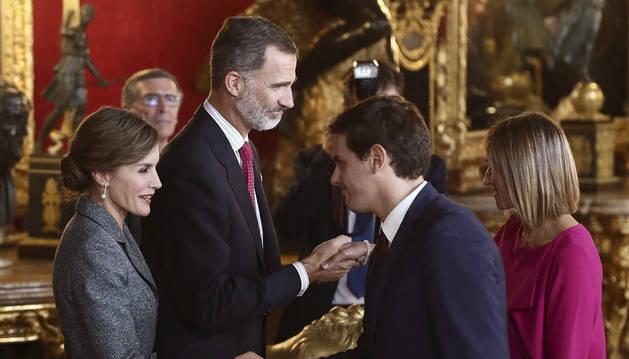 Los Reyes saludan al presidente de Ciudadanos, Albert Rivera, y su mujer, Beatriz Tajuelo, a su llegada a la tradicional recepción ofrecida este jueves en el Palacio Real con motivo del Día de la Fiesta Nacional.
