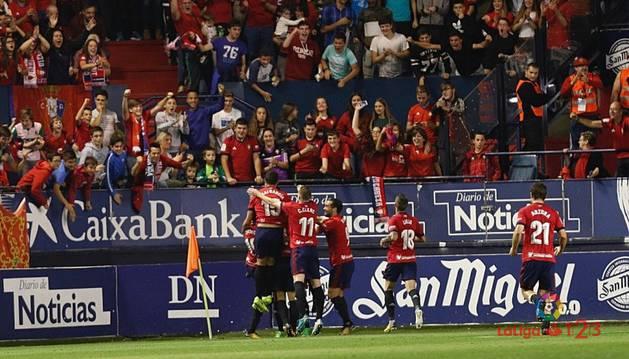 Los futbolistas de Osasuna celebran en piña el gol de Lucas Torró ante el Albacete