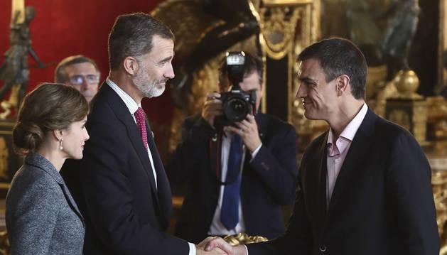 Los Reyes saludan al secretario general del PSOE, Pedro Sánchez, a su llegada a la tradicional recepción ofrecida este jueves en el Palacio Real con motivo del Día de la Fiesta Nacional.