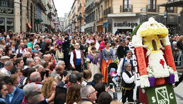 Miles de personas engalanan con flores a la Virgen del Pilar en Zaragoza