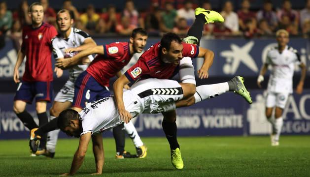 Unai García salta para despejar un centro lateral