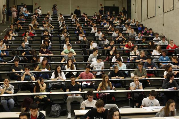 Las familias de los universitarios deberán hacer más esfuerzo para pagar las matrículas. Imagen de un aula con estudiantes durante  las pruebas de acceso.