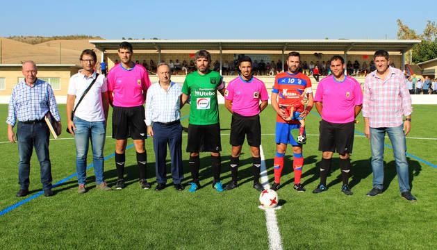 Representantes del Idoya, de la federación navarra de fútbol, jugadores y árbitros antes del saque de honor.