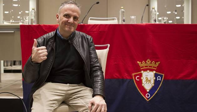 Ángel Etxeberría durante una de las Asambleas Generales con los socios