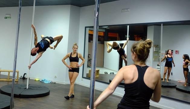 'Pole Fitness', desafiar la ley de la gravedad al ritmo de la música