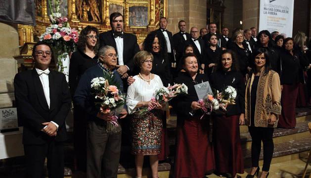 De izda. a dcha. con ramos de flores, Isidro Gil, Carmen Trincado y Yolanda Moreno.