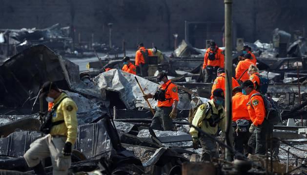 Al menos 32 personas han muerto y unas 5.700 casas y negocios han sido destruidos en California por los incendios que han arrasado alrededor de 86.000 hectáreas desde el pasado domingo en unas tierras que son mundialmente conocidas por sus viñedos.