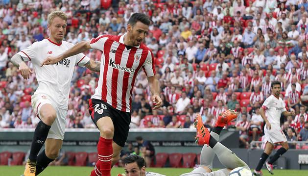 El jugador del Athletic de Bilbao Aritz Aduriz y el portero del Sevilla Sergio Rico pelean un balón durante el partido de este sábado.