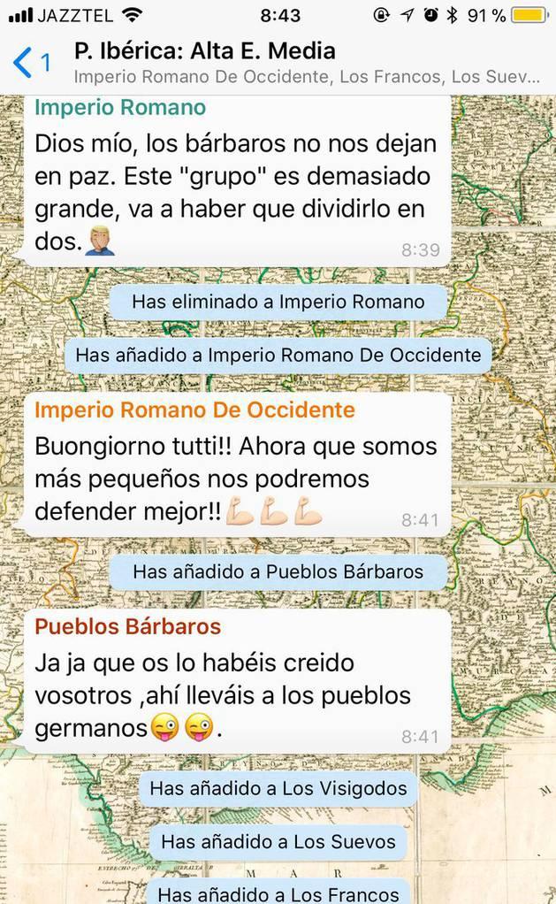 Imagen de una conversación del grupo de Whatsapp con el que enseña historia este profesor español.