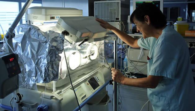 Una enfermera observa a un bebé prematuro en una incubadora de Virgen del Camino.