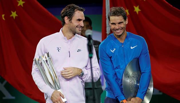 Nadal y Federer, tras la entrega de trofeos.