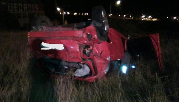 El vehículo ha quedado en este estado tras salirse de la vía.