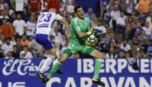 Toquero fue amonestado por chocar en el aire con el portero de Osasuna, Sergio Herrera.