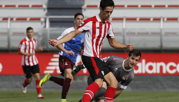 foto de un jugador del Athletic supera al meta navarro Edu De Prados.