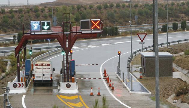 Imagen de la AP-68, en estos momentos con solo este semienlace en sentido Zaragoza. El proyecto que se pone ahora en marcha construirá también un peaje para los movimientos hacia Logroño.