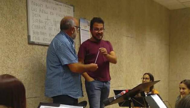 Josetxo Sánchez entrega la batuta a Isaac Irimia.