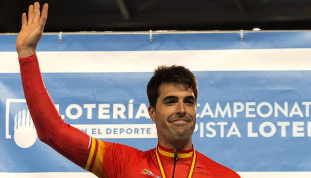 Juan Peralta, con el maillot de campeón de España de velocida d en el velódromo de Palma.